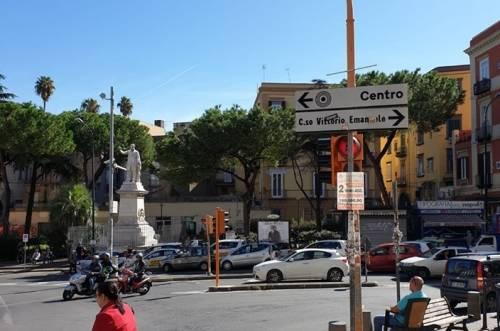 Annuncio immobiliare su un semaforo: il fenomeno delle affissioni abusive