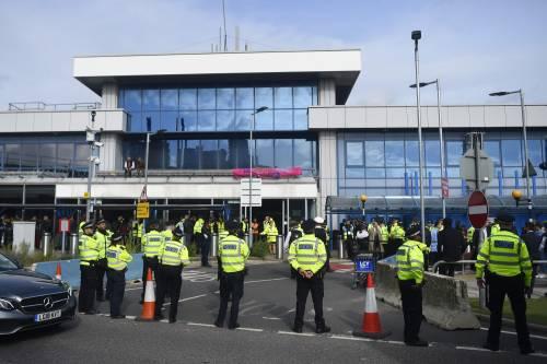 """I """"gretini"""" di Extinction Rebellion occupano l'aeroporto di Londra City"""
