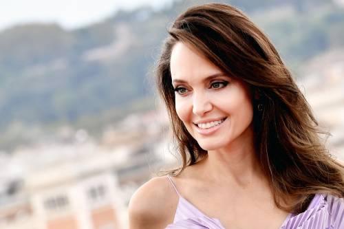 """Angelina Jolie: """"La mastectomia preventiva? Voglio vedere i miei figli diventare adulti"""""""