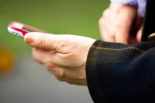Arriva la stangata del governo sui cellulari? Ecco la nuova tassa