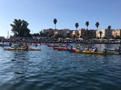 Taranto, canoisti all'opera ripuliscono il mare dalla plastica