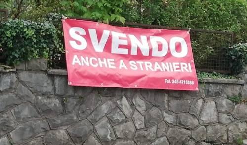 """""""Svendo anche a stranieri"""", a Belluno un cartello immobiliare è accusato di razzismo, ma gli utenti lo difendono"""