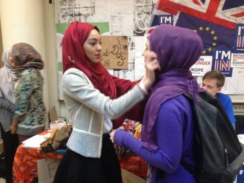 """Governo Macron spaccato sul tema del """"velo islamico nelle gite scolastiche"""""""