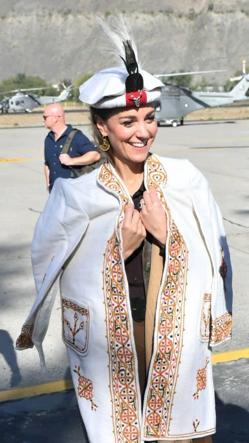William e Kate indossano i copricapi tradizionali visitando il Chitral 3
