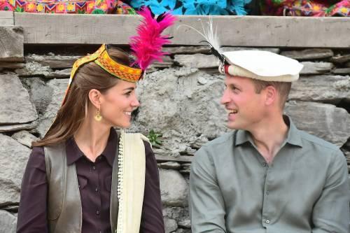 William e Kate indossano i copricapi tradizionali visitando il Chitral 4