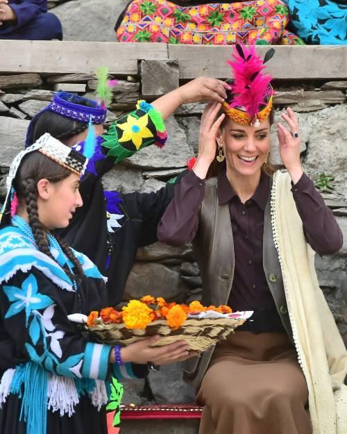 William e Kate indossano i copricapi tradizionali visitando il Chitral 6