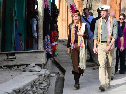William e Kate indossano i copricapi tradizionali visitando il Chitral 7