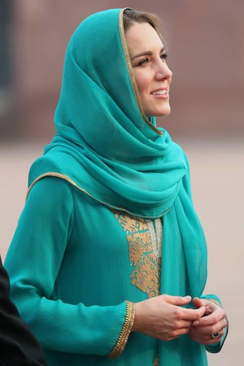 Pakistan, Kate Middleton con il velo per la visita in moschea