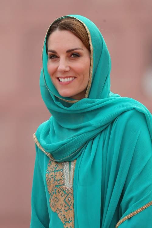 Kate Middleton con il velo, durante la sua visita in Pakistan 3