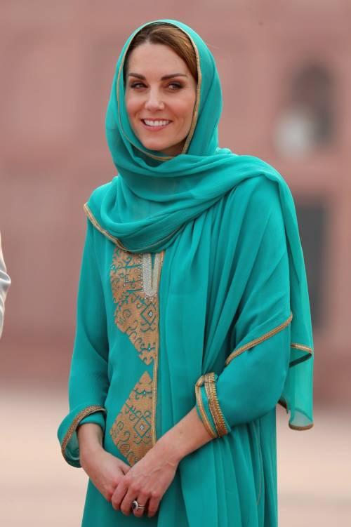 Kate Middleton con il velo, durante la sua visita in Pakistan 4