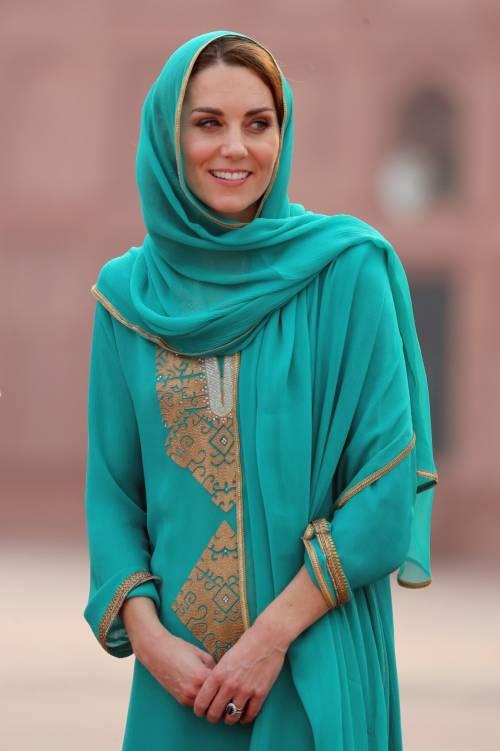 Kate Middleton con il velo, durante la sua visita in Pakistan 2