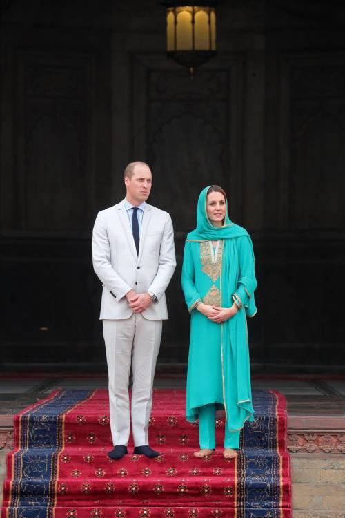 Pakistan, Kate Middleton con il velo per la visita in moschea 1