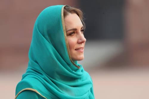 Pakistan, Kate Middleton con il velo per la visita in moschea 3
