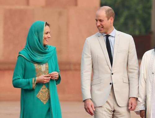 Pakistan, Kate Middleton con il velo per la visita in moschea 2