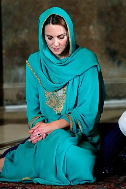 Pakistan, Kate Middleton con il velo per la visita in moschea 4