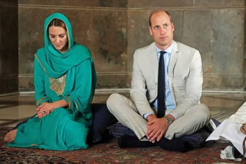 Pakistan, Kate Middleton con il velo per la visita in moschea 5