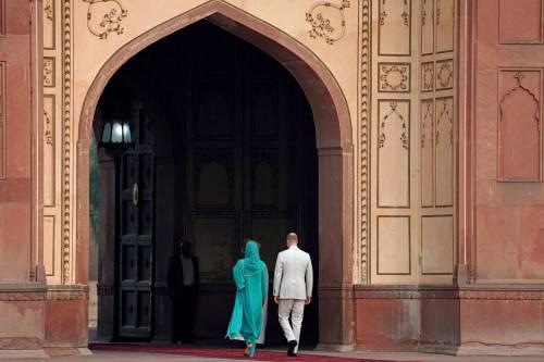Pakistan, Kate Middleton con il velo per la visita in moschea 6
