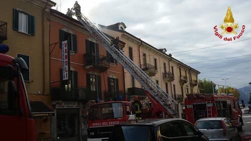 Varese, paura in uno stabile: in fumo il tetto