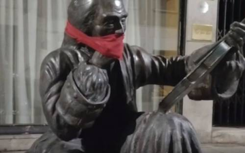 """""""No alla censura"""": CasaPound imbavaglia le statue di tutta Italia"""