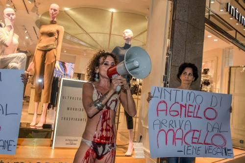 Iene Vegane protestano contro Intimissimi