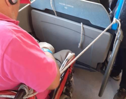 Mancano le cinture di sicurezza sul bus: un disabile si lega con una corda