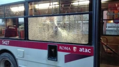 Sassi come proiettili contro bus, vetri in frantumi: mezzo distrutto