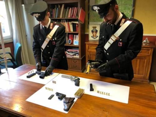 Roma, scoperto arsenale di armi e munizioni in casa di un pensionato: arrestato