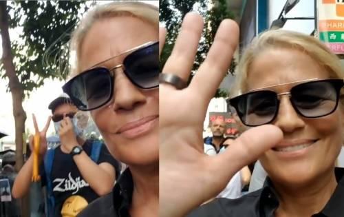 """Heather Parisi coi figli alla protesta di Hong Kong, il web la critica: """"Irresponsabile"""""""