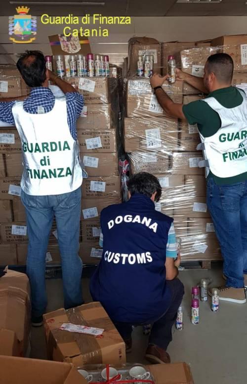Un milione di prodotti falsi scovati a Catania: le foto del sequestro