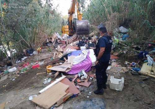 Rimossi insediamenti abusivi lungo il Tevere: due persone denunciate