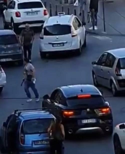 Rissa tra tassista e automobilista a Napoli: taxi preso a sprangate