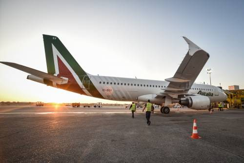 Alitalia, spese pazze: indagine su due pranzi da 100mila euro