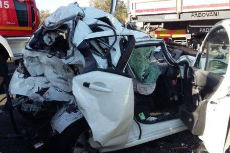 Auto si ribalta in incidente stradale: muore bimbo di 3 anni