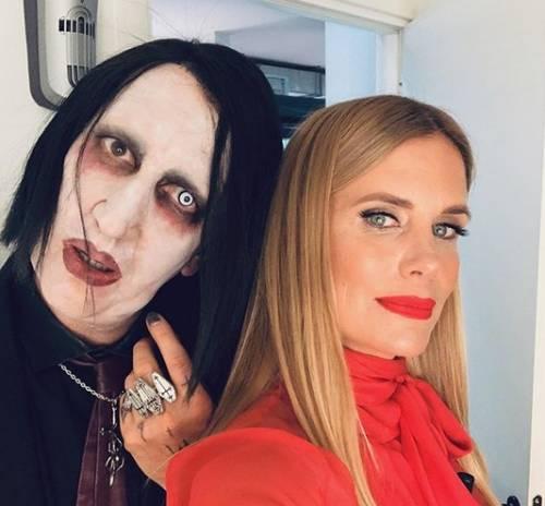"""Filippa Lagerback con il finto Marilyn Manson, ma il web: """"Assomigli a Cicciolina"""""""