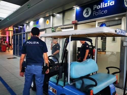 Ruba bagagli al bar della stazione, arrestato