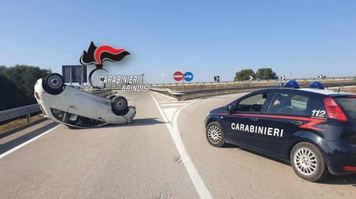 Si sottrae all'alt dei carabinieri, ma si ribalta con l'auto e viene arrestato 4