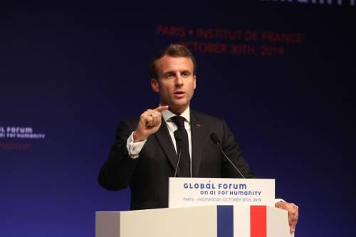 """Macron sprona l'Unione europea: """"Diventiamo potenza nucleare"""""""