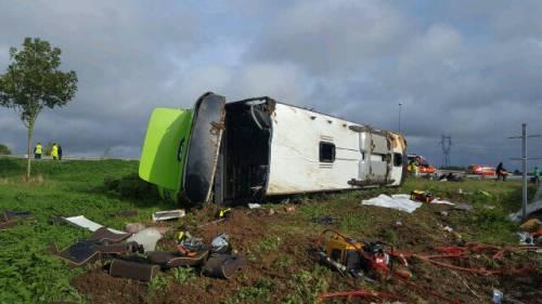 Francia, mezzo Flixbus finisce fuori strada: decine di feriti, alcuni gravi