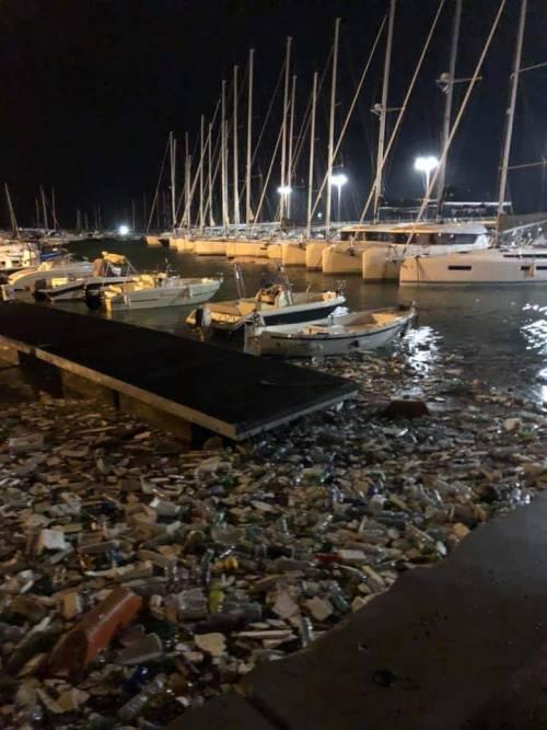 Salerno, una mareggiata trasforma il porto in un tappeto di plastica