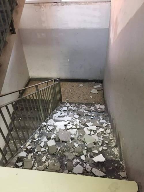 Salerno, crollano calcinacci dalla scala della scuola: è allarme sicurezza
