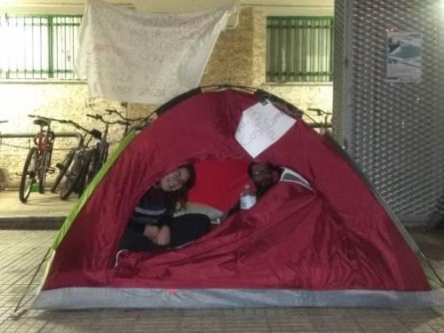 Idonei, ma senza un posto-letto: gli studenti montano le tende all'università 4