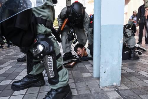 Hong Kong, agente spara a un manifestante 3