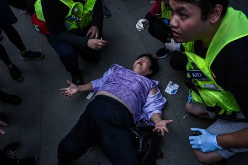 Hong Kong, agente spara a un manifestante 2