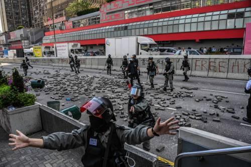 Hong Kong, agente spara a un manifestante 4