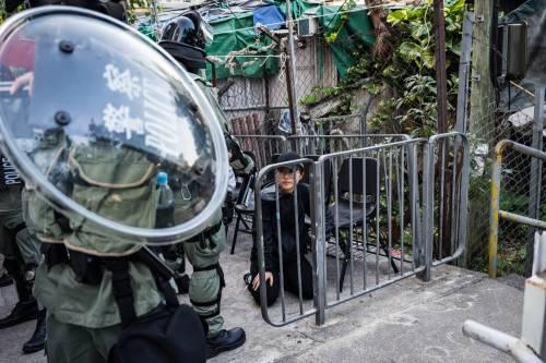 Hong Kong, agente spara a un manifestante 6