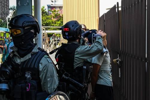 Hong Kong, agente spara a un manifestante 5