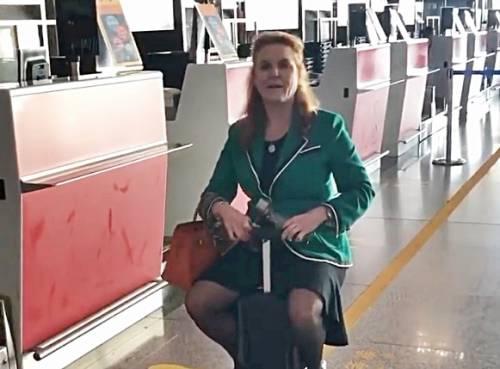 Sarah Ferguson sfida le regole: sfreccia sul trolley elettrico all'aeroporto di Pechino