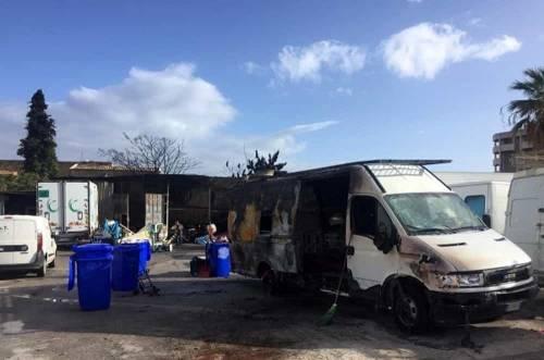 Incendio nell'autorimessa: in fiamme auto, furgoni e pullman