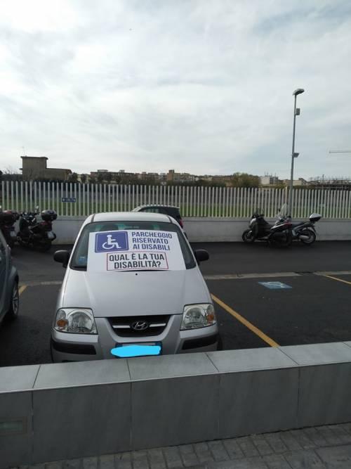 """""""Qual è la tua disabilità?"""": i cartelli provocatori esposti sulle auto non autorizzate"""