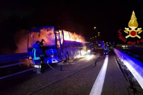 Autobus in fiamme sulla Napoli-Canosa: illesi i fedeli di San Pio
